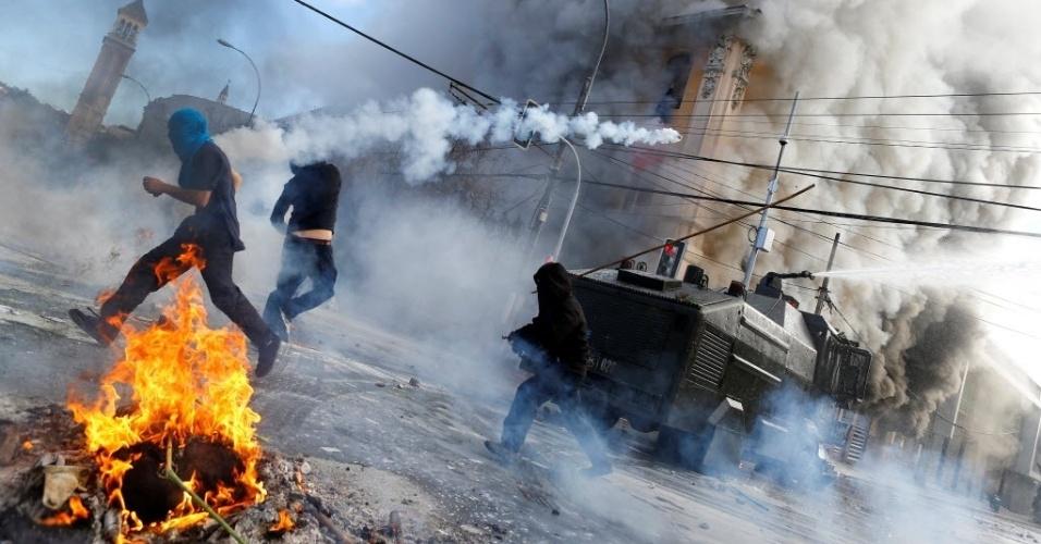 21.mai.2016 - Polícia e manifestantes contrários ao governo entram em confronto nas ruas de Valparaíso, no Chile, neste sábado, enquanto a presidente Michelle Bachelet discursa no Congresso Nacional