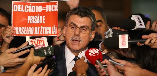 Ex-ministro do Planejamento, Romero Jucá concede entrevista em um saguão do Congresso