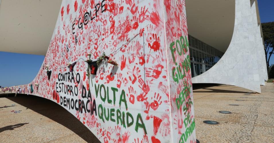 29.mai.2016 - A manifestação contra o estupro coletivo de uma jovem de 16 anos realizada no STF (Supremo Tribunal Federal), em Brasília, pintou parte do prédio do tribunal com mensagens contra o impeachment da presidente Dilma Rousseff e em protesto contra o ministro do STF Gilmar Mendes