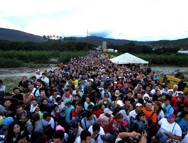 17.jul.2016 - Venezuelanos cruzam ponte na fronteira com a Colômbia para comprar mantimentos, produtos de primeira necessidade e remédios