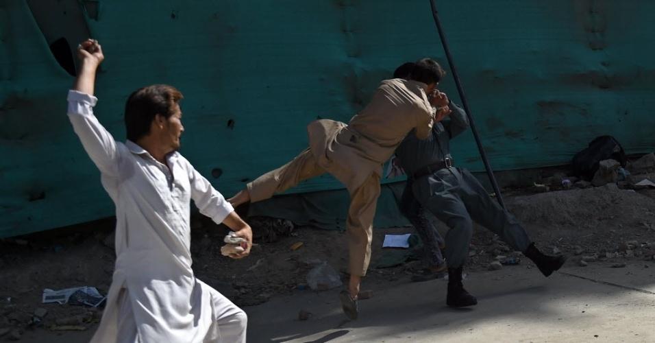23.jul.2016 - Manifestantes da minoria xiita hazara entram em confronto com um policial no centro de Cabul, após atentado a bomba, realizado pelo Estado Islâmico, causar a morte de pelo menos 80 pessoas e deixar outras 231 feridas
