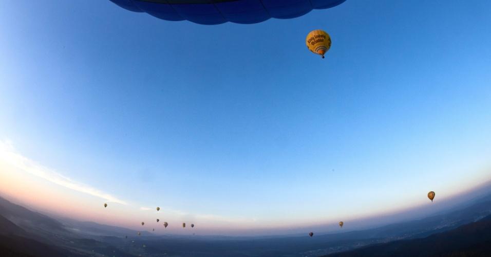 8.set.2016 - Balões voam sobre Arnsberg durante a reunião de balonistas na Alemanha