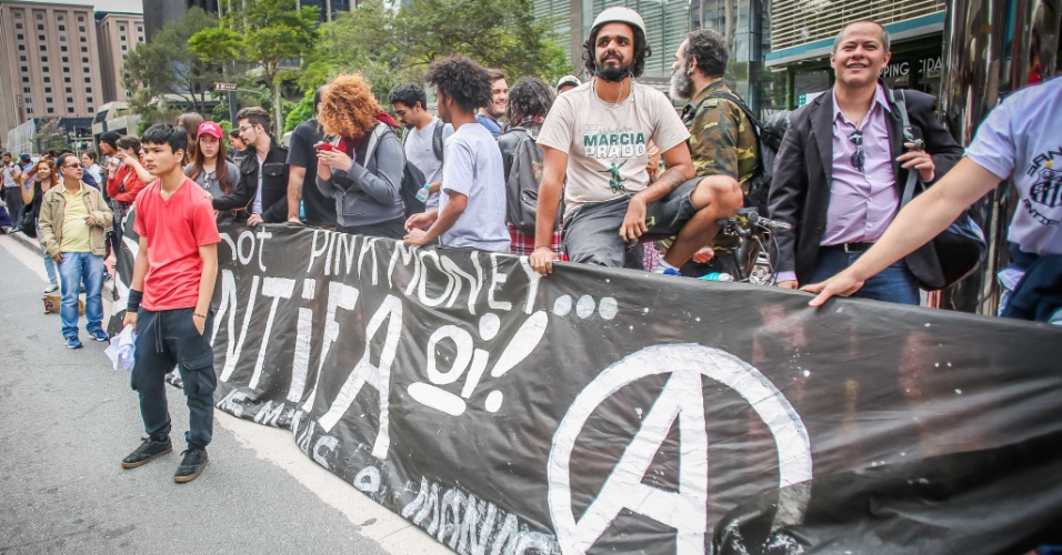 29.out.2016 - Grupo autodenominado antifascista se opõe a ato pró-Trump, na avenida Paulista, São Paulo