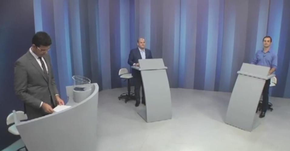 29.out.2016 - Os dois candidatos à Prefeitura de Fortaleza que estão no segundo turno, Roberto Cláudio (PDT) e Capitão Wagner (PR), participaram na noite desta sexta-feira (28) de debate na TV Verdes Mares, afiliada da TV Globo. De acordo com levantamento do Datafolha encomendado pelo jornal ?O Povo? e divulgado no último sábado (22), Roberto Cláudio tem 56% dos votos válidos, 12 pontos porcentuais a frente de Capitão Wagner (44%)