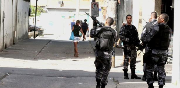 20.nov.2016 - Policiais militares em operação na Cidade de Deus, zona oeste do Rio