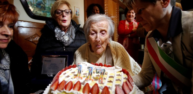 29.nov.2016 - Emma Morano apaga as velas de seu bolo de aniversário durante comemoração de seus 117 anos, em Verbania, Itália