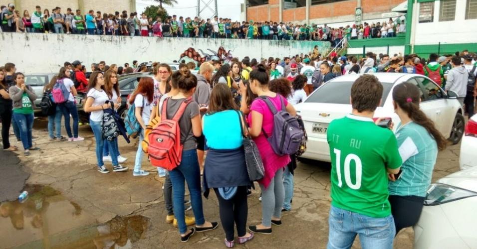 Torcedores se concentram na Arena Conda, casa da Chapecoense, a espera de noticiascom o acidente do aviao que caiu na Colombia
