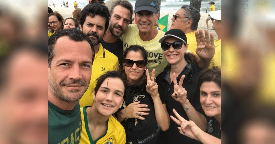 4.dez.2016 - Ator Malvino Salvador publicou foto numa de suas redes sociais ao lado de atores como Christiane Torloni e Victor Fasano durante manifestação a favor da Lava Jato no Rio