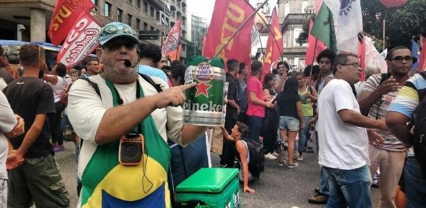 Ambulante aproveita manifestações para vender chope no Rio - Paula Bianchi/UOL