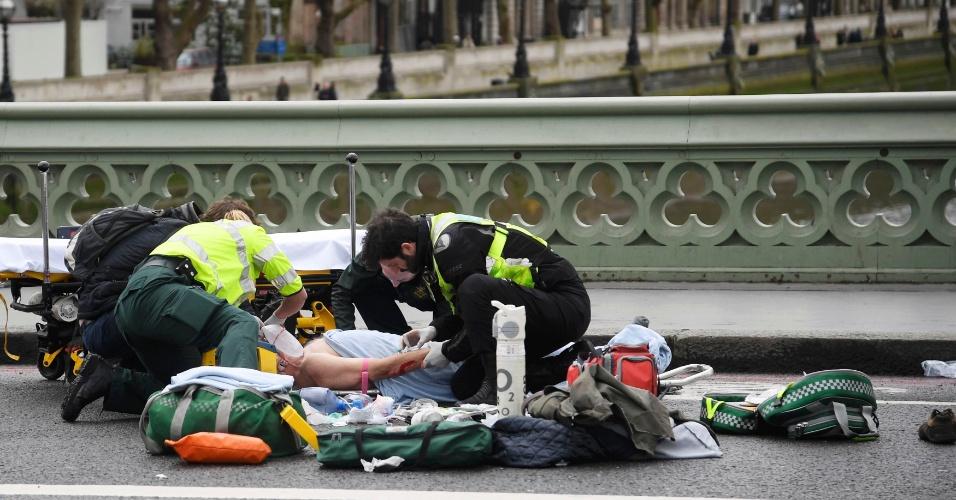 22.mar.2017 - Paramédicos tratam um ferido após incidente na ponte Westminster, em Londres