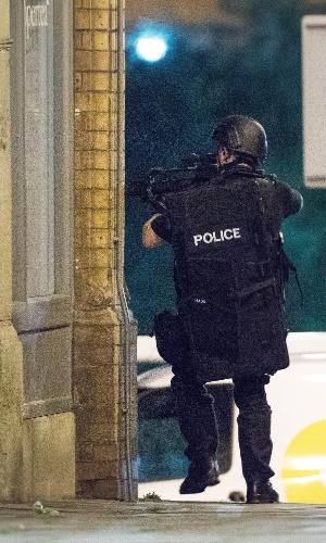 22.mai.2017 - Policial em ação após explosão em Manchester, na Inglaterra