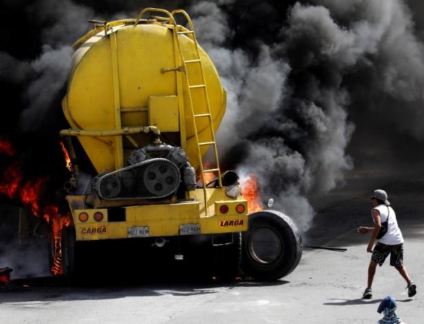 23.jun.2017 - Manifestantes incendeiam caminhão para bloquear ruas em protesto em Caracas, na Venezuela