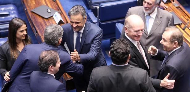 04.jul.2017 - Aécio Neves (PSDB-MG) é cumprimentado por outros senadores ao entrar no plenário do Senado para fazer seu primeiro discurso após retomar suas funções