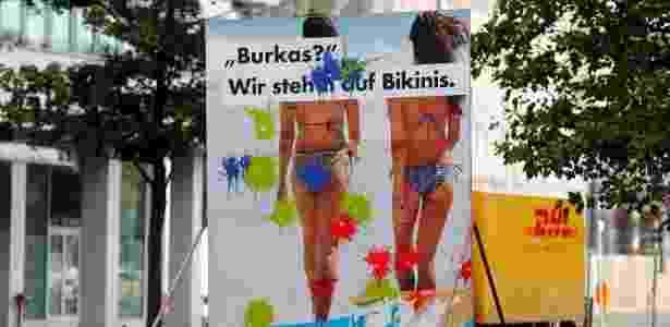 """11.set.2017 - Cartaz vandalizado do partido alemão AfD, de direita populista, com a frase """"Burkas? Nós usamos biquínis"""" - Fabrizio Bensch/Reuters - Fabrizio Bensch/Reuters"""