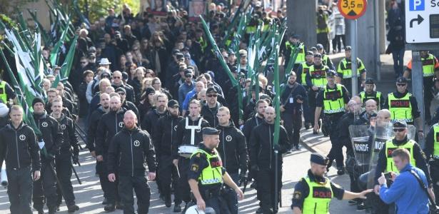 30.set.2017 - Dezenas de pessoas marcham durante ato da extrema direita na Suécia