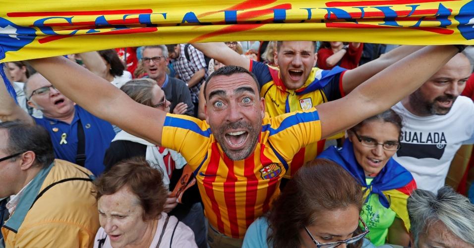 27.out.2017 - Homem comemora declaração de independência da Catalunha, em Barcelona