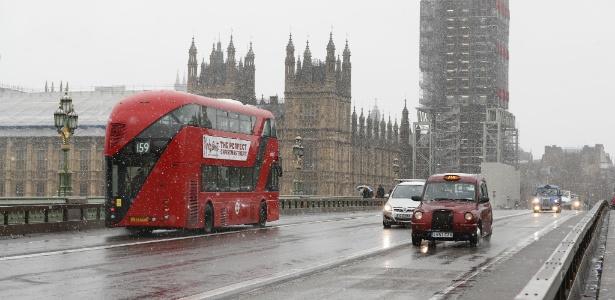 As intensas nevadas que caíam no Reino Unido tumultuaram os transportes no país