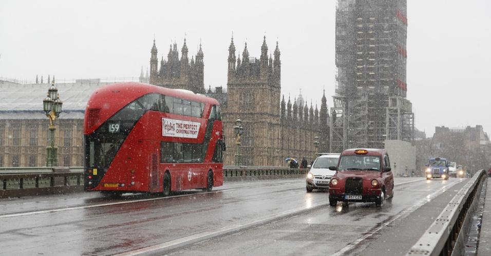 10.dez.2017 -- As intensas nevadas que caíam neste domingo (10) em grande parte do Reino Unido, incluindo a capital, Londres, tumultuaram os transportes viário, ferroviário e aéreo