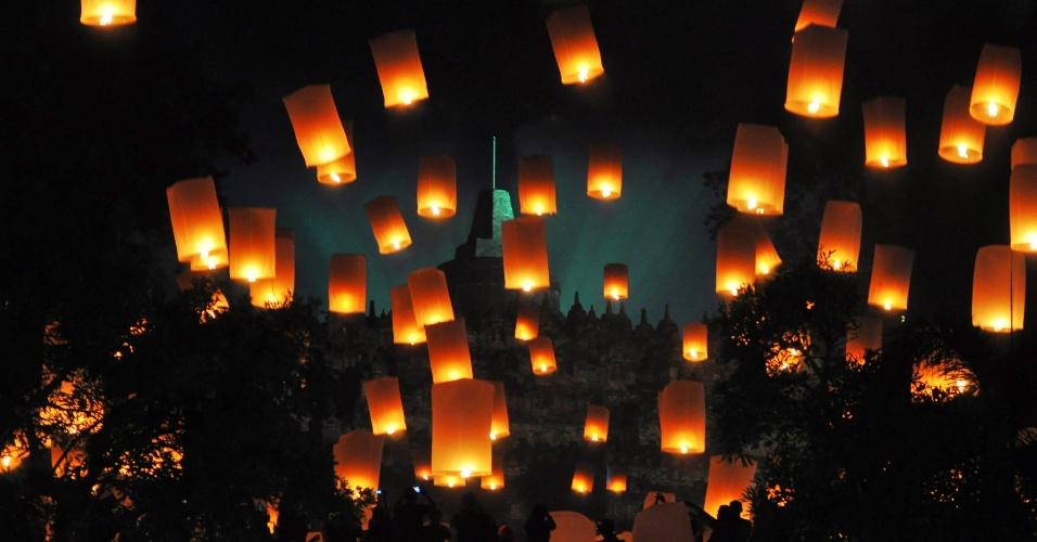 31.dez.2017 - Público solta lanternas flutuantes durante celebração do Ano Novo em Magelang, na Indonésia