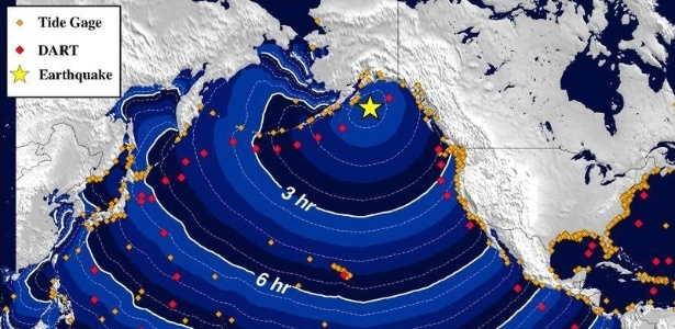 23.jan.2018 - Mapa mostra área em alerta de tsunami (pontos amarelos) após terremoto de magnitude 7,9 atingir a costa do Alasca (ponto marcado com uma estrela)