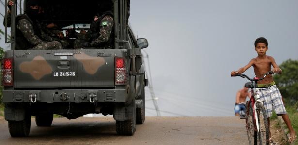 21.fev.2018 - Comboio do Exército brasileiro deixa a penitenciária Milton Dias Moreira, após atuação no presídio de Japeri, no Rio de Janeiro - Ricardo Moraes/Reuters