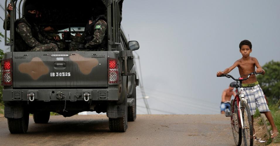 21.fev.2018 - Comboio do Exército brasileiro deixa a penitenciária Milton Dias Moreira, após atuação no presídio de Japeri, no Rio de Janeiro