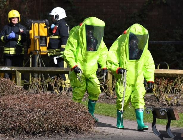 Policiais em área onde ex-espião russo e filha foram encontrados envenenados