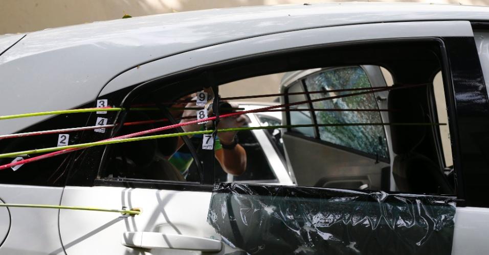 15.mar.2018 - Nove tiros foram identificados pelos peritos da Divisão de Homicídios, que fizeram uma nova perícia no carro da vereadora Marielle Franco (PSOL-RJ), assassinada a tiros na noite da quarta-feira (14) quando saia de um evento no centro do Rio. Todos os tiros foram em direção a Marielle, que estava no banco de trás, segundo a perícia