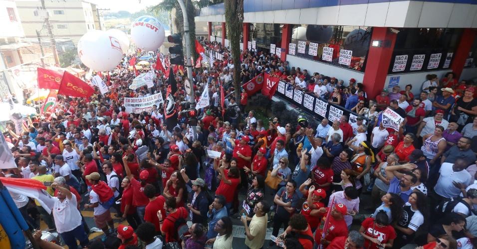 6.abr.2018 - Apoiadores do ex-presidente se aglomeram em frente ao Sindicato dos Metalúrgicos do ABC