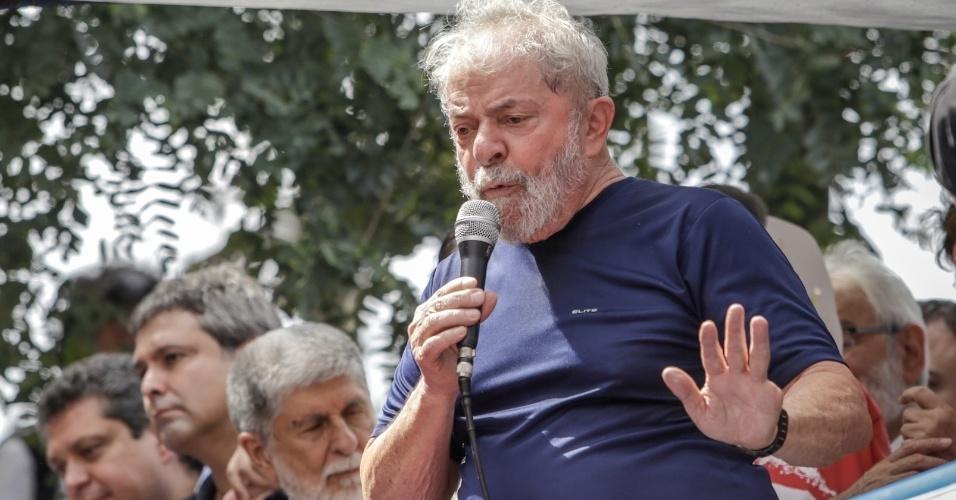 7.abr.2018 - O ex-presidente Luiz Inácio Lula da Silva discursa para a militância em frente ao Sindicato dos Metalúrgicos do ABC, em São Bernardo (Grande São Paulo)