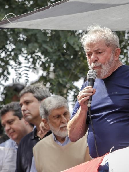 7.abr.2018 - Lula discursa em São Bernardo do Campo antes de se entregar à PF - Marcelo Justo/UOL