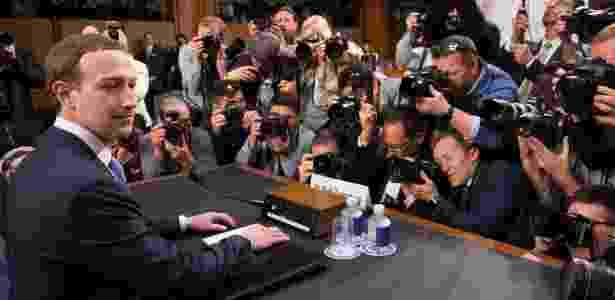 Zuckerberg aguarda início de sessão no senado americano - Saul Loeb/AFP