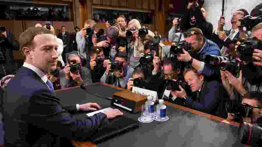 Mark Zuckerberg é cercado por fotógrafos antes de depoimento ao senado americano, em 2018 - Saul Loeb/AFP