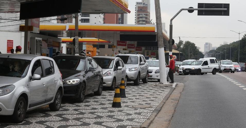 Fila em posto de combustíveis na avenida Rubem Berta, no sentido do Aeroporto de Congonhas, na zona sul de São Paulo, na manhã desta sexta-feira (25). Muitas regiões do país sofrem com o desabastecimento em função da greve dos caminhoneiros, que entrou em seu quinto dia. Apesar do acordo anunciado pelo presidente Michel Temer na noite de quinta-feira (24), o dia teve início com a manutenção da greve de caminhoneiros e bloqueios em diversas rodovias. De acordo com a Polícia Rodoviária Federal, há interdições em 24 Estados e no Distrito Federal