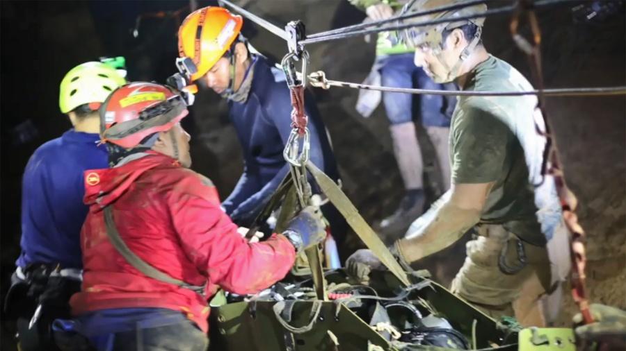 11.jul.2018 - Vídeo mostra imagens do resgate de um dos meninos que passou 18 dias em uma caverna na Tailândia; eles foram transportados aparentemente sedados - ROYAL THAI NAVY/AFP