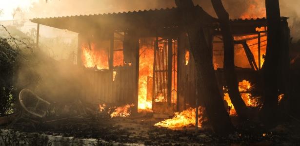Incêndio florestal atinge casa em Kineta, na Grécia