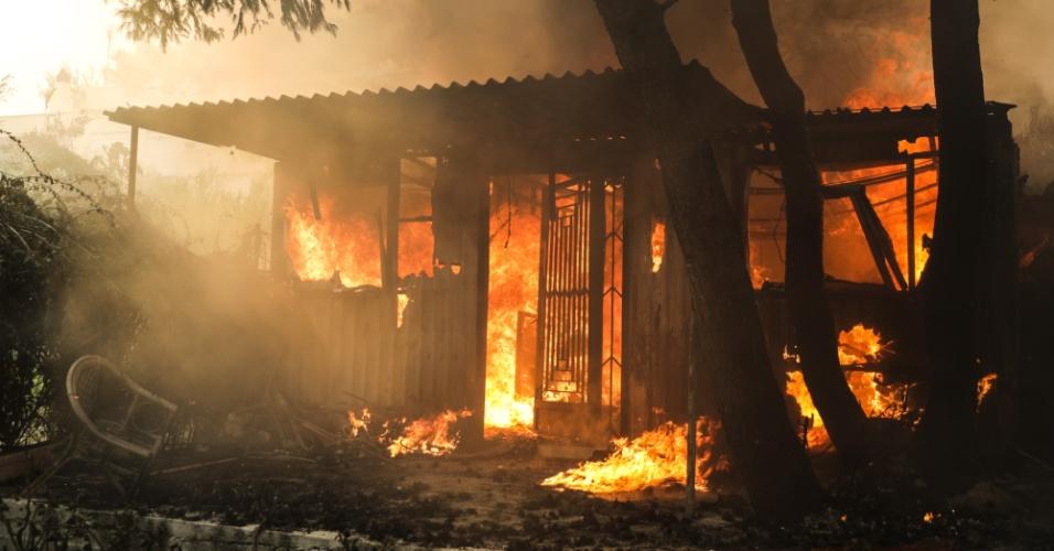 23.jul.2018 - Fogo atinge casa em área de incêndio em Kineta, próximo a Atenas, na Grécia
