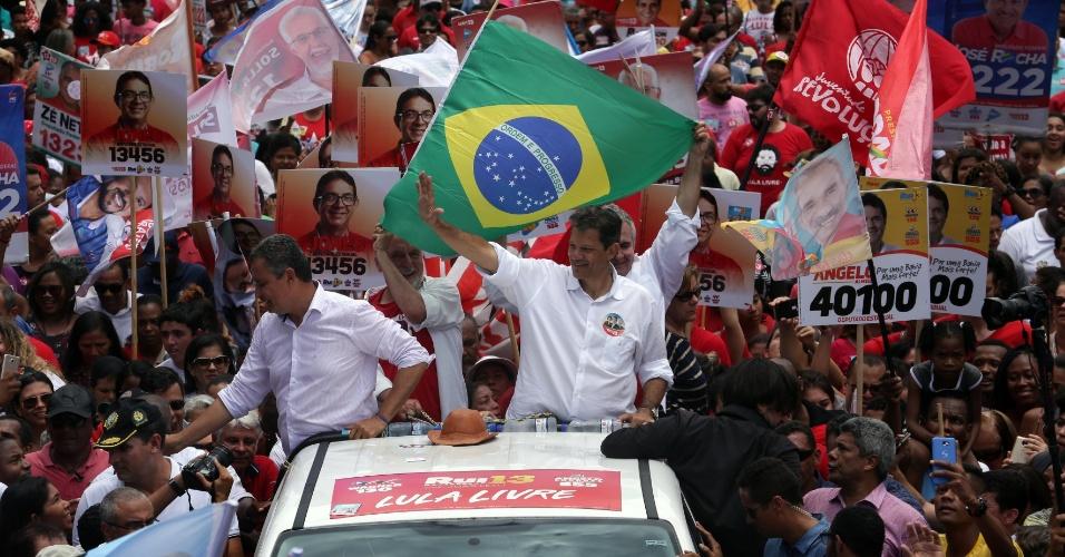 Fernando Haddad, candidato do PT à Presidência do Brasil, participou de carreata em Feira de Santana (BA), neste sábado (6). Ele estava ao lado de Rui Costa, governador e candidato à reeleição na Bahia.