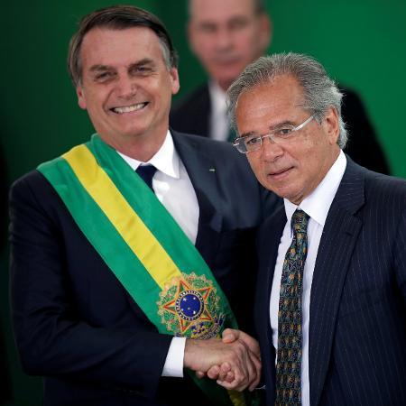 Jair Bolsonaro cumprimenta o ministro da economia Paulo Guedes - Ueslei Marcelino/Reuters