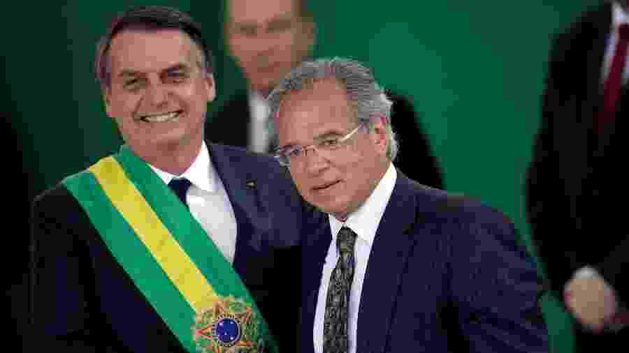 Jair Bolsonaro cumprimenta o ministro da economia Paulo Guedes durante a cerimônia de posse - Ueslei Marcelino/Reuters