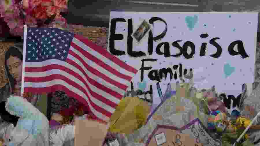 4.ago.2019 - Homenagens são colocadas em frente ao Walmart de El Paso, no Texas, onde 20 pessoas morreram um um ataque a tiros - Mark Ralston/AFP