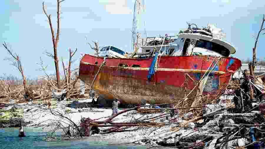5.set.2019 - Pessoas recolhem itens de um navio encalhado após a passagem do furacão Dorian pelas Carolinas - Brendan Smialowski/AFP