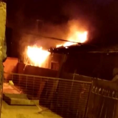 Incêndio na casa onde morou suspeito de matar a menina Emanuelle em Chavantes (SP) - Reprodução/Redes sociais