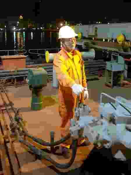 Trabalhador do navio KM Singapore usando máscara e luvas levantou suspeitas dos estivadores - Sindestiva