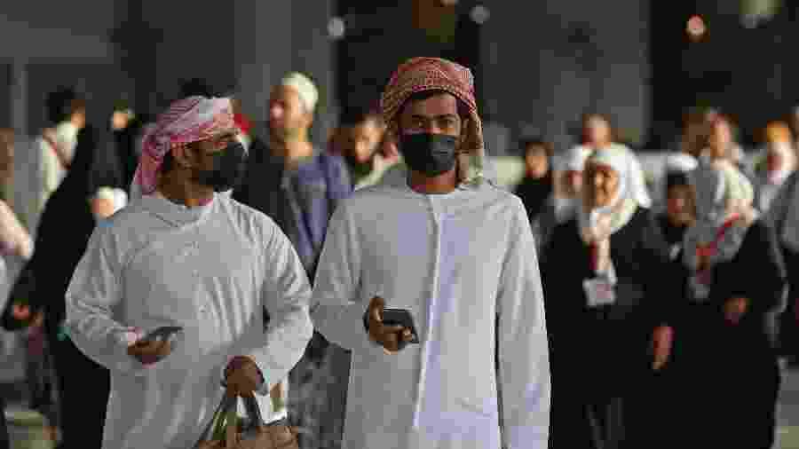 28.fev.2020 - Muçulmanos usam máscaras contra o coronavírus em Meca, na Arábia Saudita - Abdel Ghani Bashir/AFP