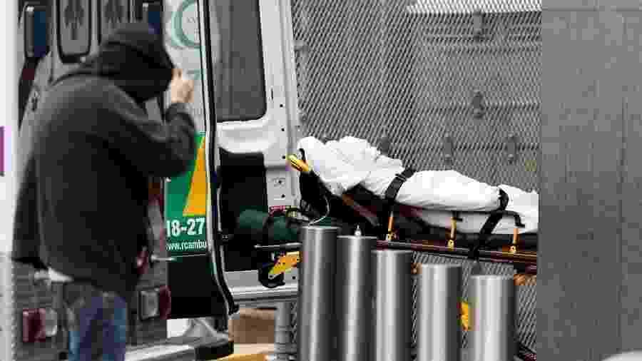 3.abr.2020 - Paciente é levado ao serviço de emergência em Nova York - Justin Lane/EFE