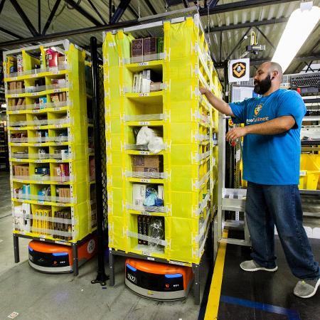 Funcionário da Amazon trabalha em armazém da empresa - Eric Slomanson/Divulgação Amazon - Eric Slomanson/Divulgação Amazon