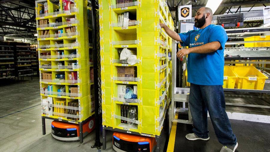 Funcionário da Amazon trabalha em armazém da empresa - Eric Slomanson/Divulgação Amazon