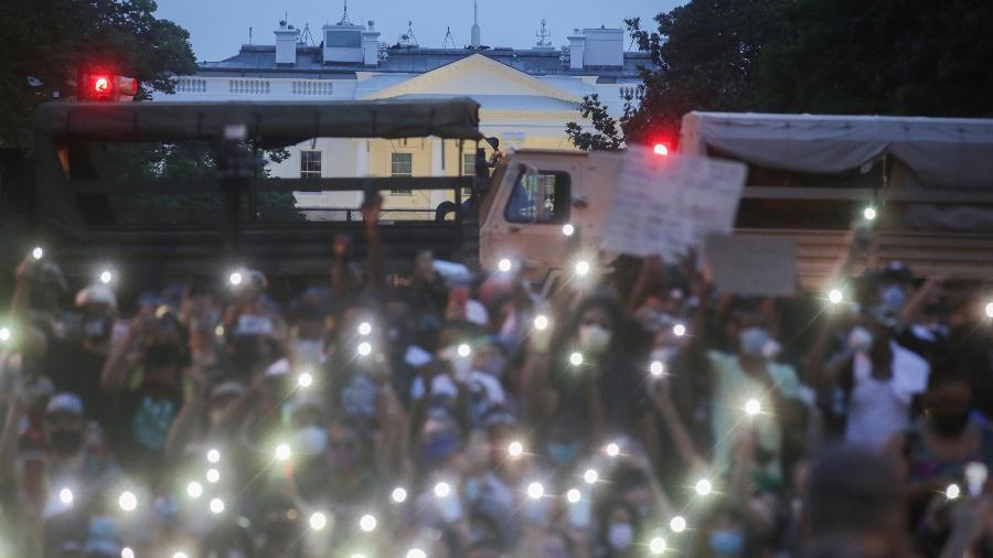Manifestantes usam a luz de seus celulares em protesto contra a morte de George Floyd, em Minneapolis, perto da Casa Branca em Washington, EUA - Jonathan Ernst/Reuters