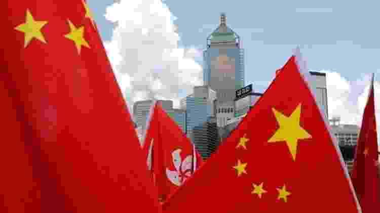 Edifícios são vistos com bandeiras de Hong Kong e da China, uma comemoração de apoiadores pró-China  - Reuters - Reuters